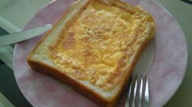 簡単美味♡卵&ハム&チーズくりぬき食パン