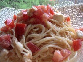 トマトとモッツァレラチーズの冷たいパスタ