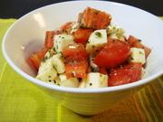 トマトとモッツァレラチーズのサラダの写真