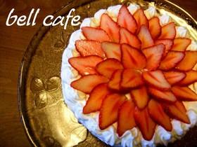 お花のような苺のデコレーションケーキ
