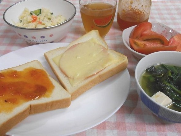 パンと味噌汁のちぐはぐランチ