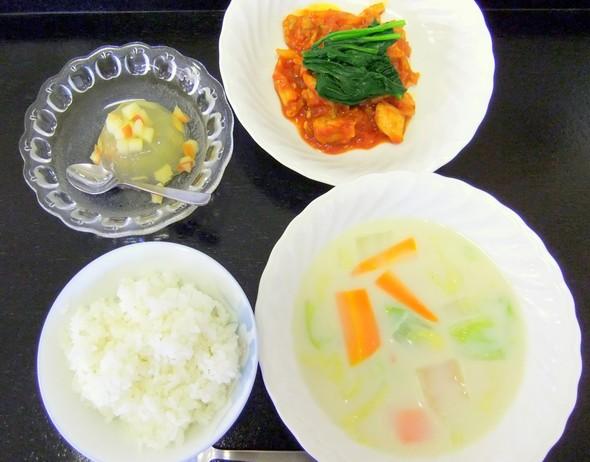 鶏肉のトマト煮と白菜の豆乳スープの定食