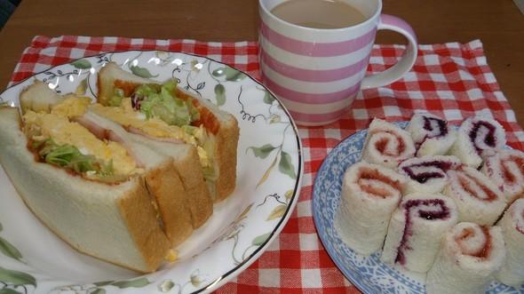 朝食 厚焼き卵サンド&ロールサンド