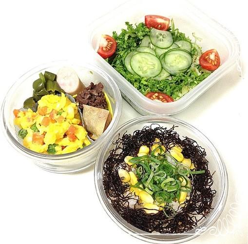 彩卵と彩ご飯のヘルシー三段弁当