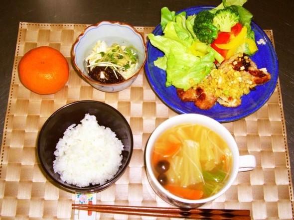 鶏肉の米粉焼きと白菜の中華スープの定食