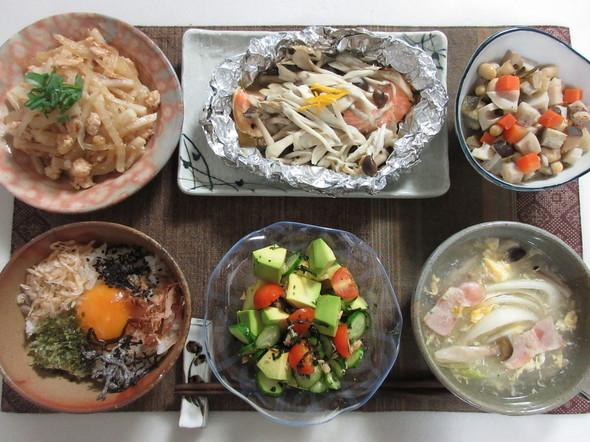 アボカドでカップサラダと五目豆の朝食