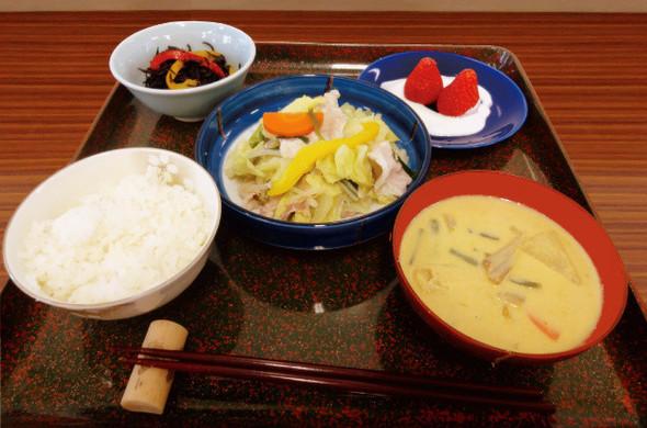 豚肉と彩り野菜のブレゼと豆乳みそ汁の定食