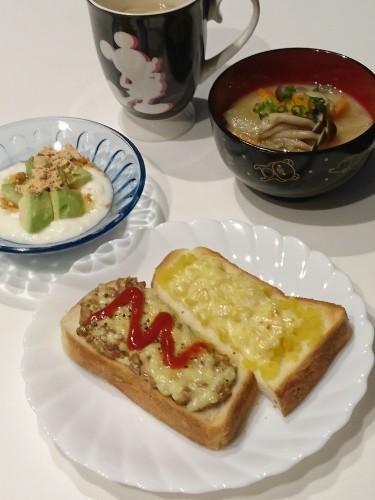 沢庵と納豆のトーストで朝ごはん♪