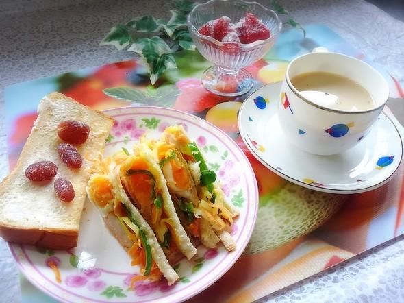 野菜炒めと目玉焼きのトーストサンド