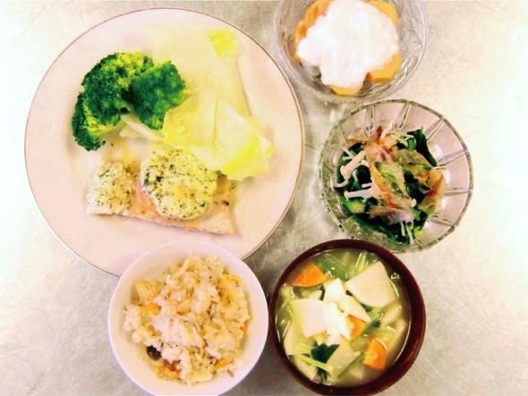 カジキマグロのソテーと炊き込みご飯の定食