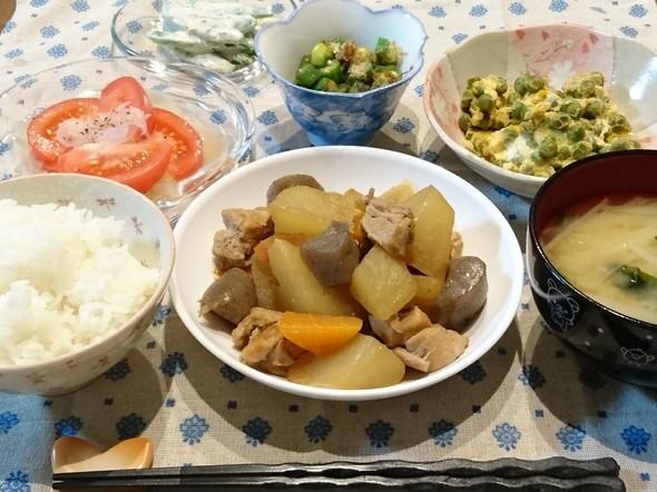 鶏肉と大根と人参と蒟蒻の煮物で晩ごはん♪