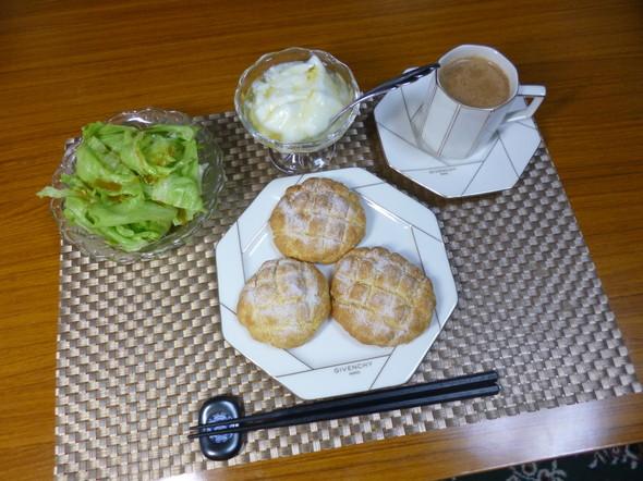 寝不足気味の簡単メロンパンの朝食