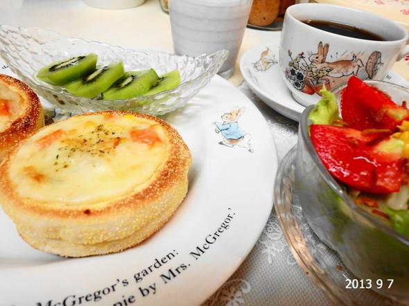 *休日の朝食*マフィンでグラタンパン*