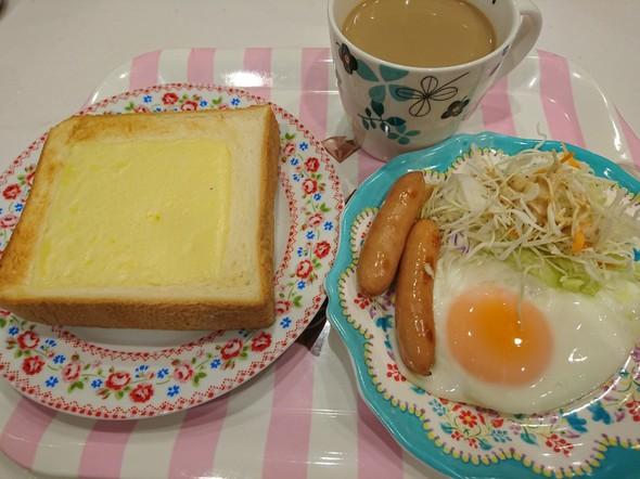 朝食 チーズトースト&目玉焼き