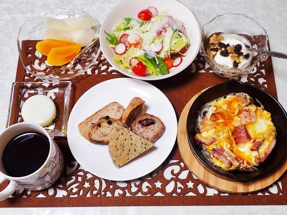 ベーコンエッグとヨーグルトの朝食
