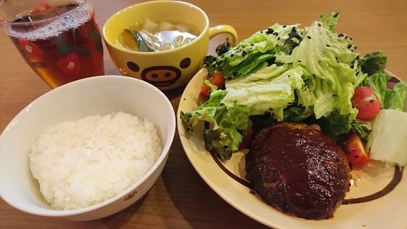 ハンバーグ、サラダ、コンソメスープ