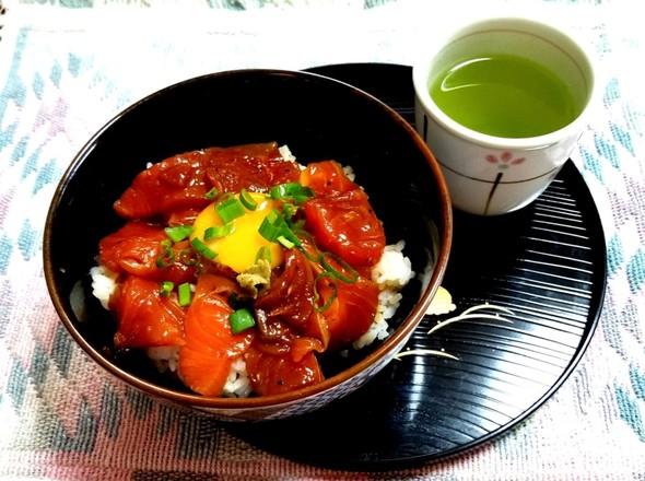 サーモンのブラックペッパー漬け丼 緑茶