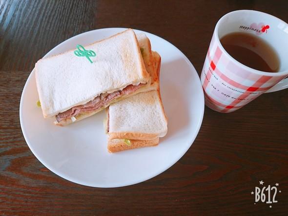 朝食はローストビーフサンドイッチ