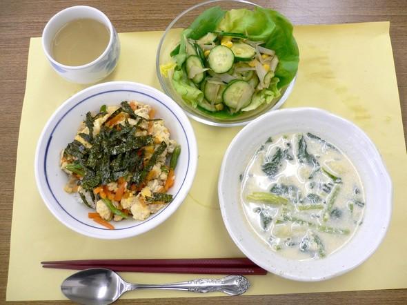 鶏肉炒り豆腐丼と洋風みそスープの定食