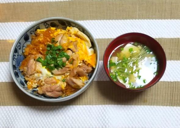 親子丼 ブロッコリースプラウトの味噌汁