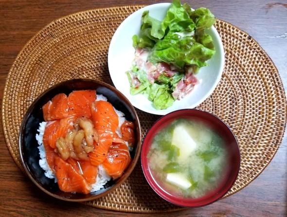 漬け丼 ほうれん草の味噌汁 サラダ
