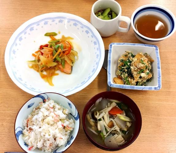 大豆ごはんとサケの南蛮漬けの定食