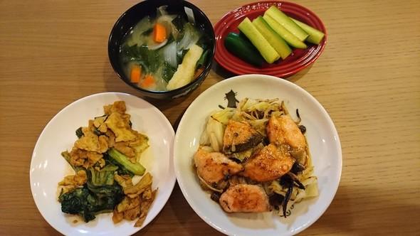 鮭ムニエル、レタス炒め、きゅうり、味噌汁