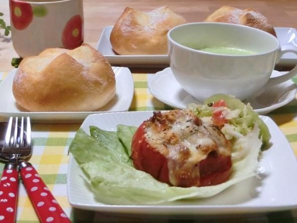 トマト丸ごとチーズ焼き&米粉パンで夕ご飯