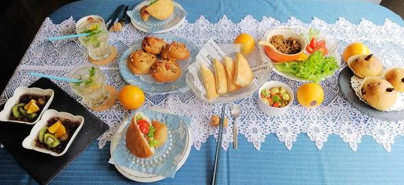 季節野菜をサンドしたピタパンとモヒート