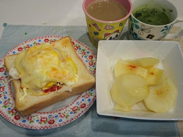 朝食 目玉焼きチーズトースト