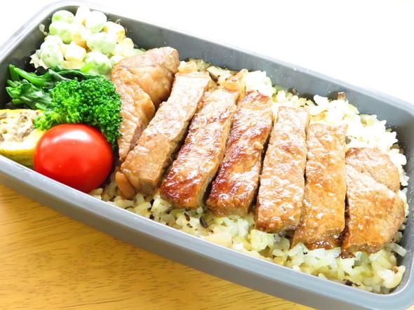 ガーリックピラフのステーキ丼弁当♪