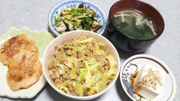 豚ひき肉きゃべつ丼の晩ご飯