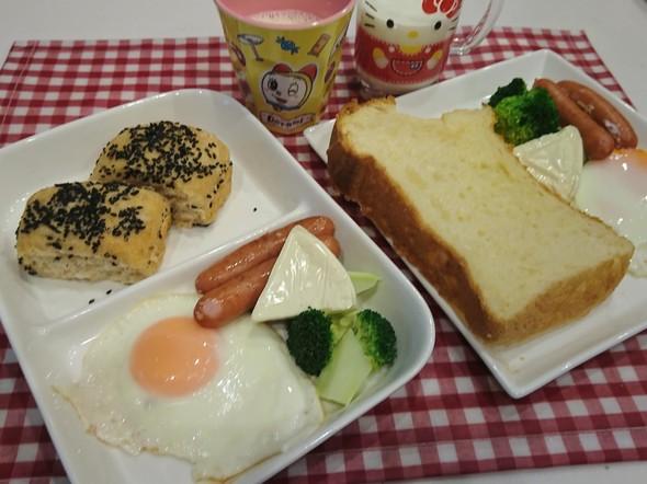 朝食 黒胡麻胡桃パン