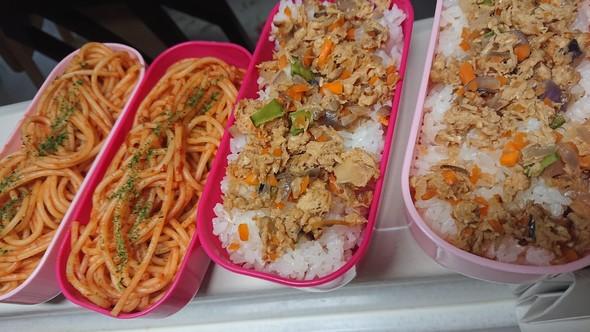 家族弁当:鮭そぼろ丼×ナポリタン♡