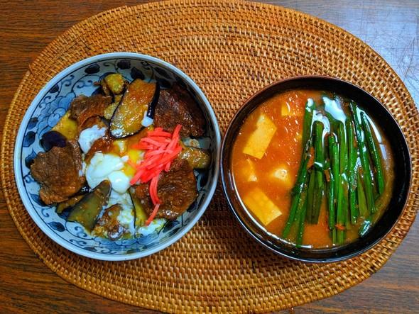 ピリ辛カルビ丼 豆腐とニラのピリ辛味噌汁