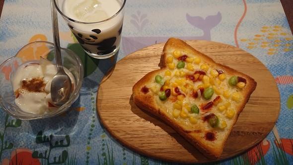 枝豆コーンのピザトースト×バナナジュース