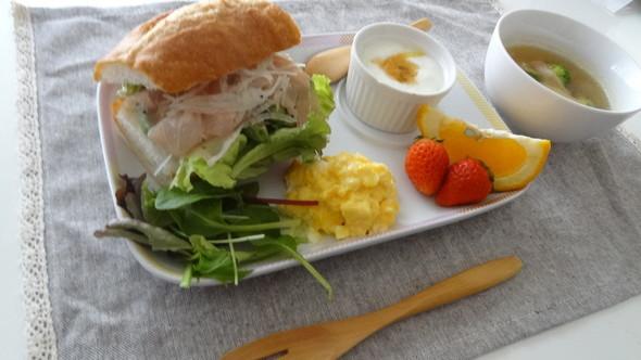 アボガドと生ハムでバゲサンドの朝食