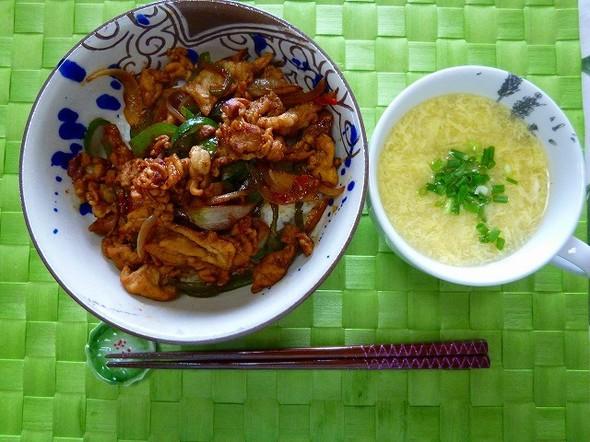 お昼は野菜でかさ増し豚こま丼&スープ