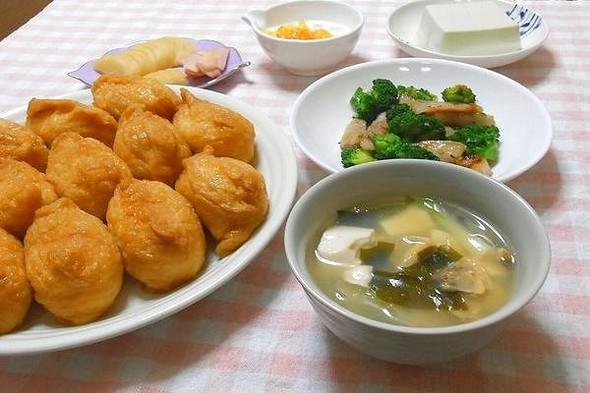 稲荷寿司と豚トロ・ブロッコリーの炒め物