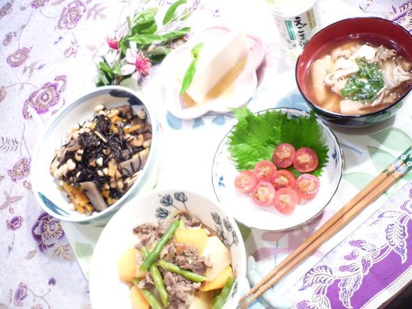 肉じゃがにひじき、お味噌汁の定番和食☆